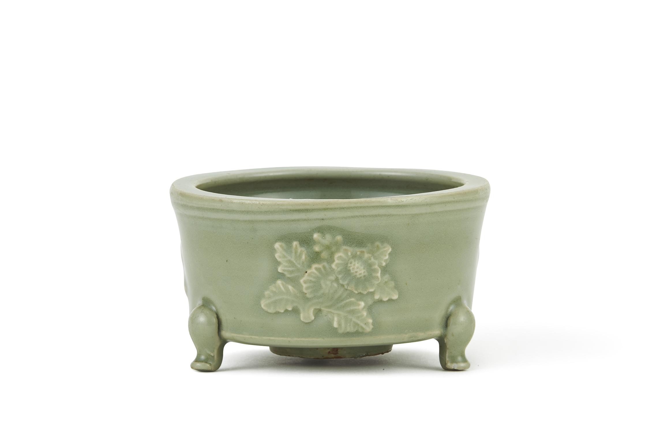 170301南宋~元 龍泉窯 浮雕花紋 三足爐