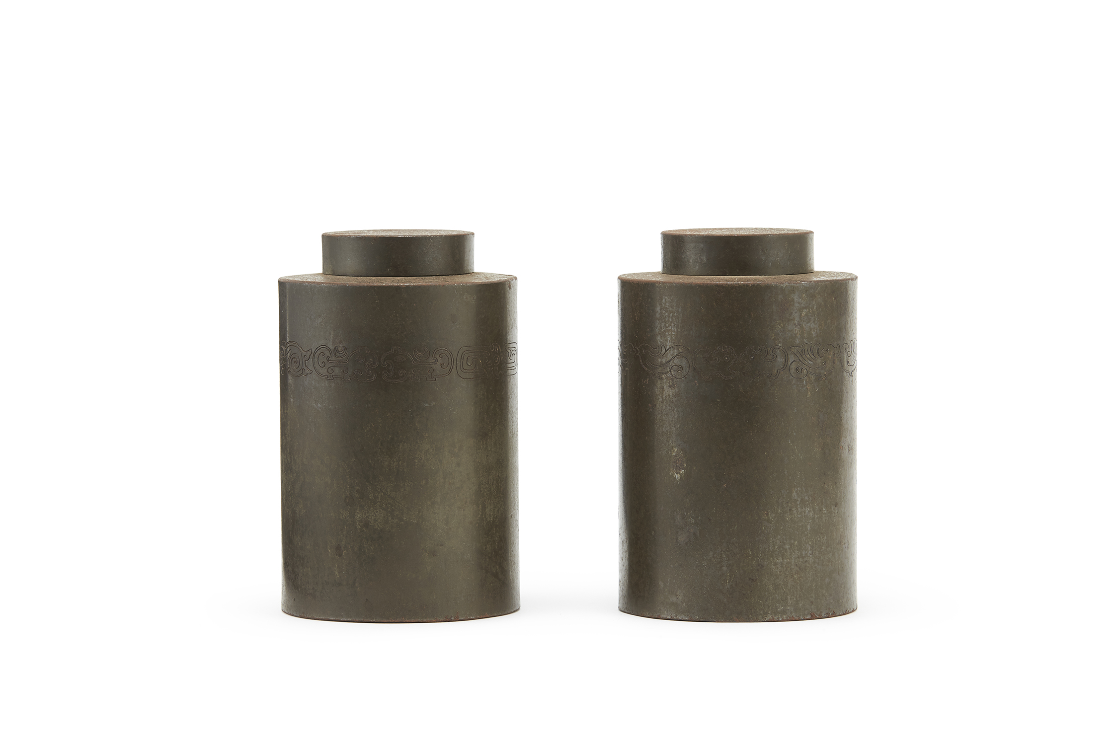 170776「南越古銕製」鉄打出 獣紋 茶缸 一対
