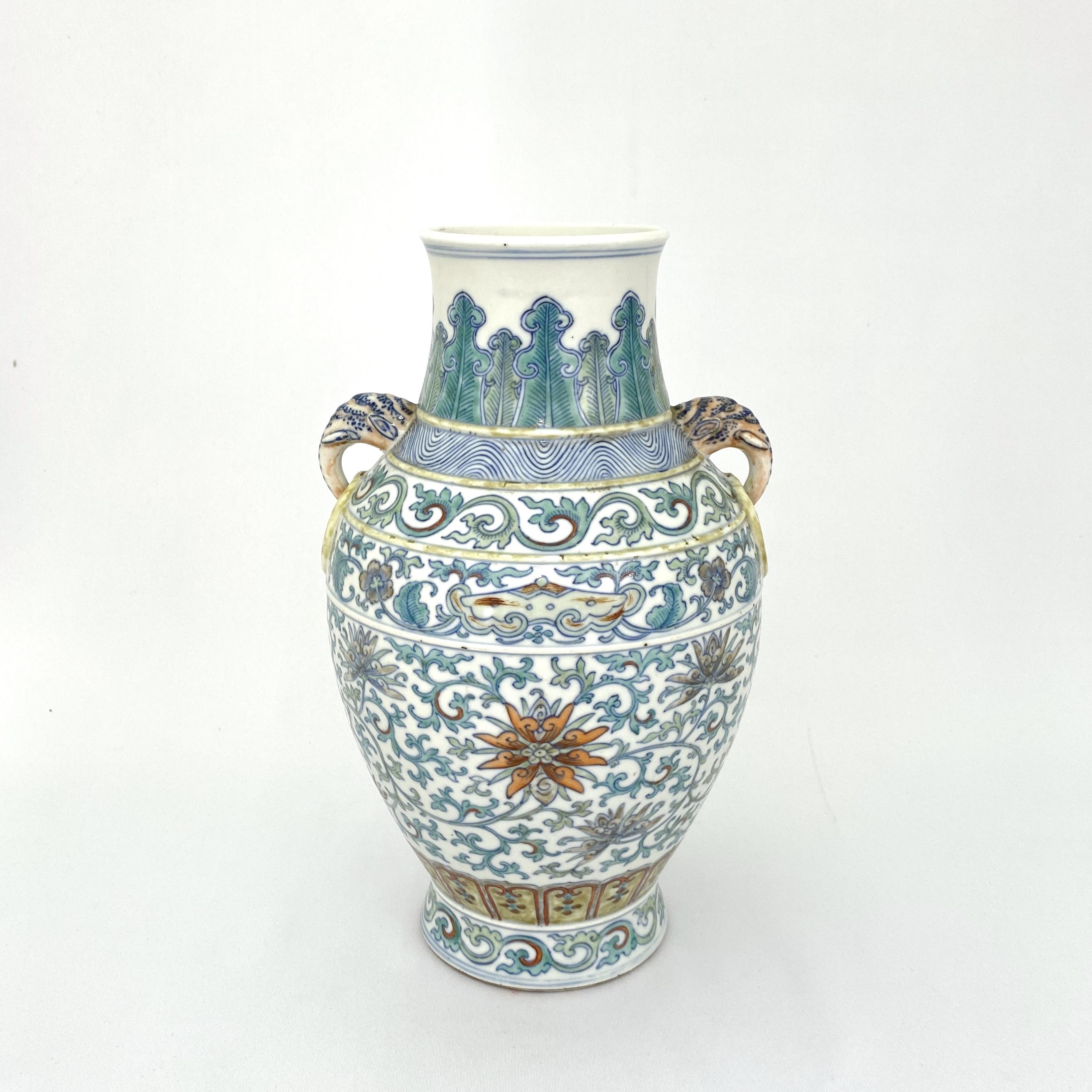10011清「大清康煕年製」款 鬥彩 蓮花紋 象耳瓶