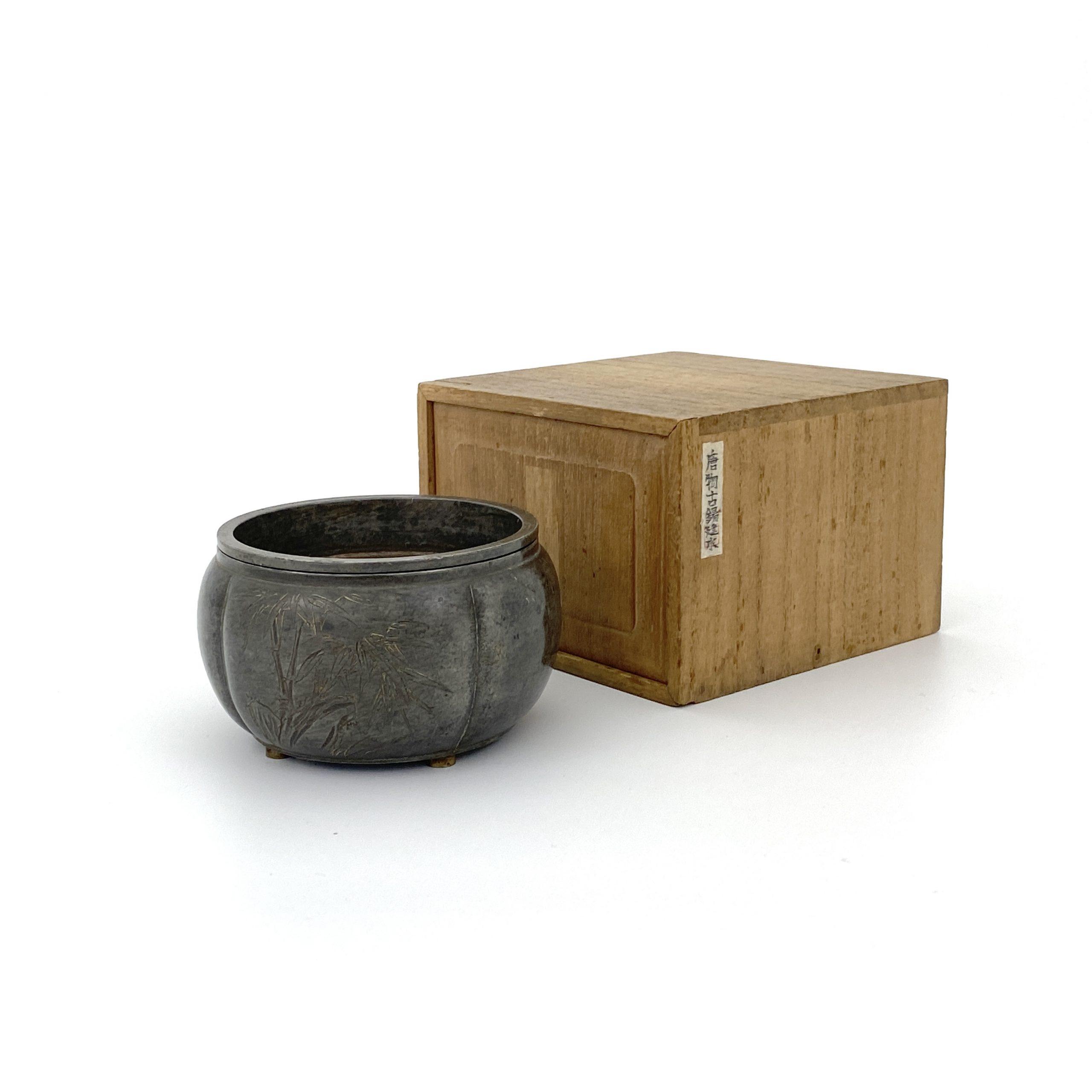 30118「掃葉刻」款 錫 刻竹詩文紋 蓋盒