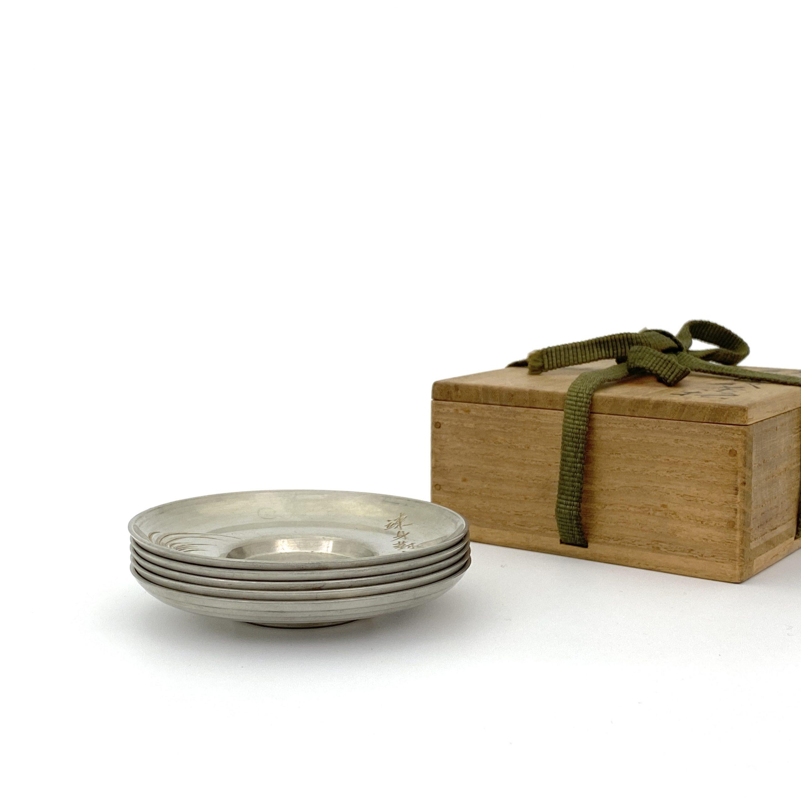 20018「四世蔵六」造 「銕琅」刻 錫 刻鶏紋 茶托⑤