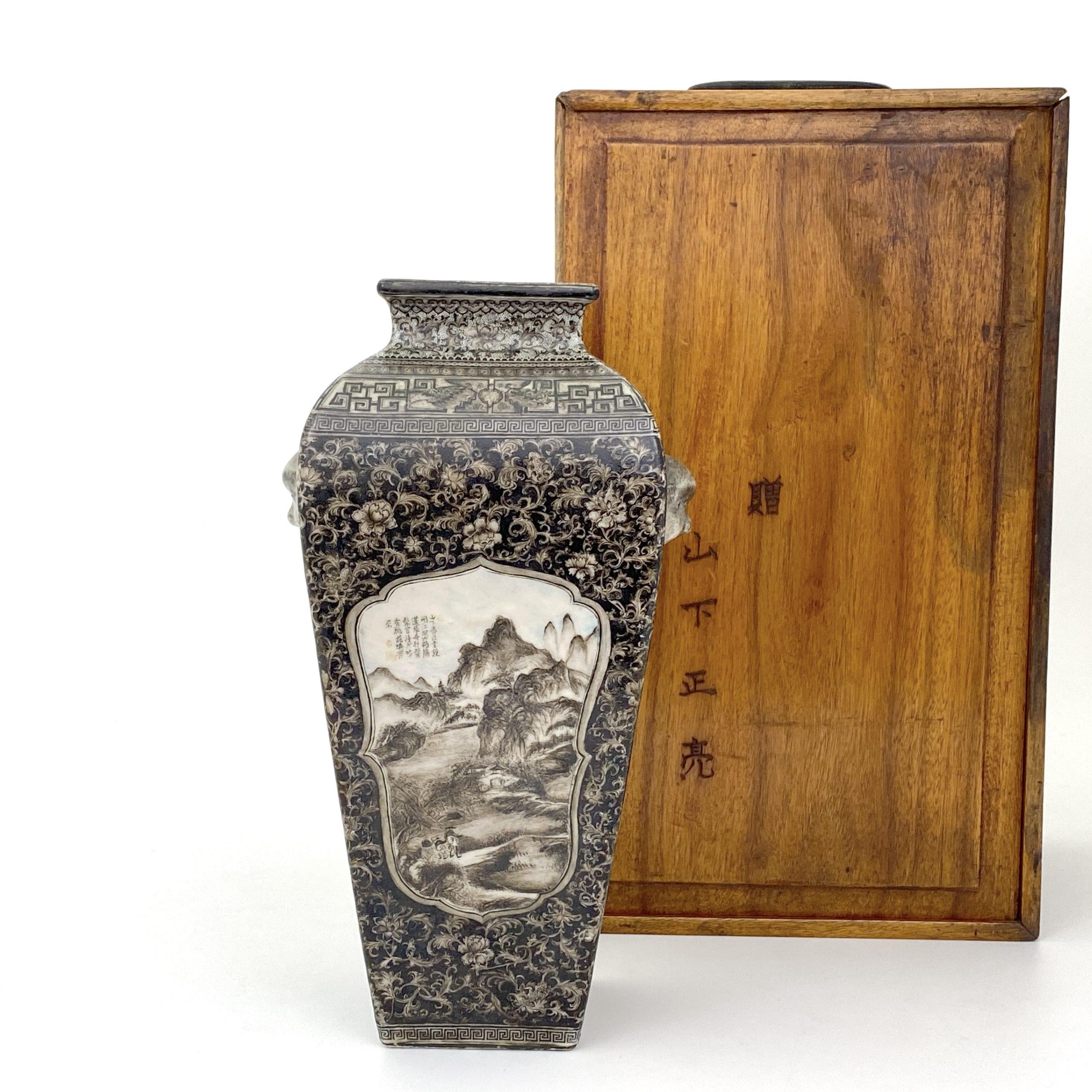 21241清「大清乾隆年製」款 墨彩 山水人物図 獅耳瓶