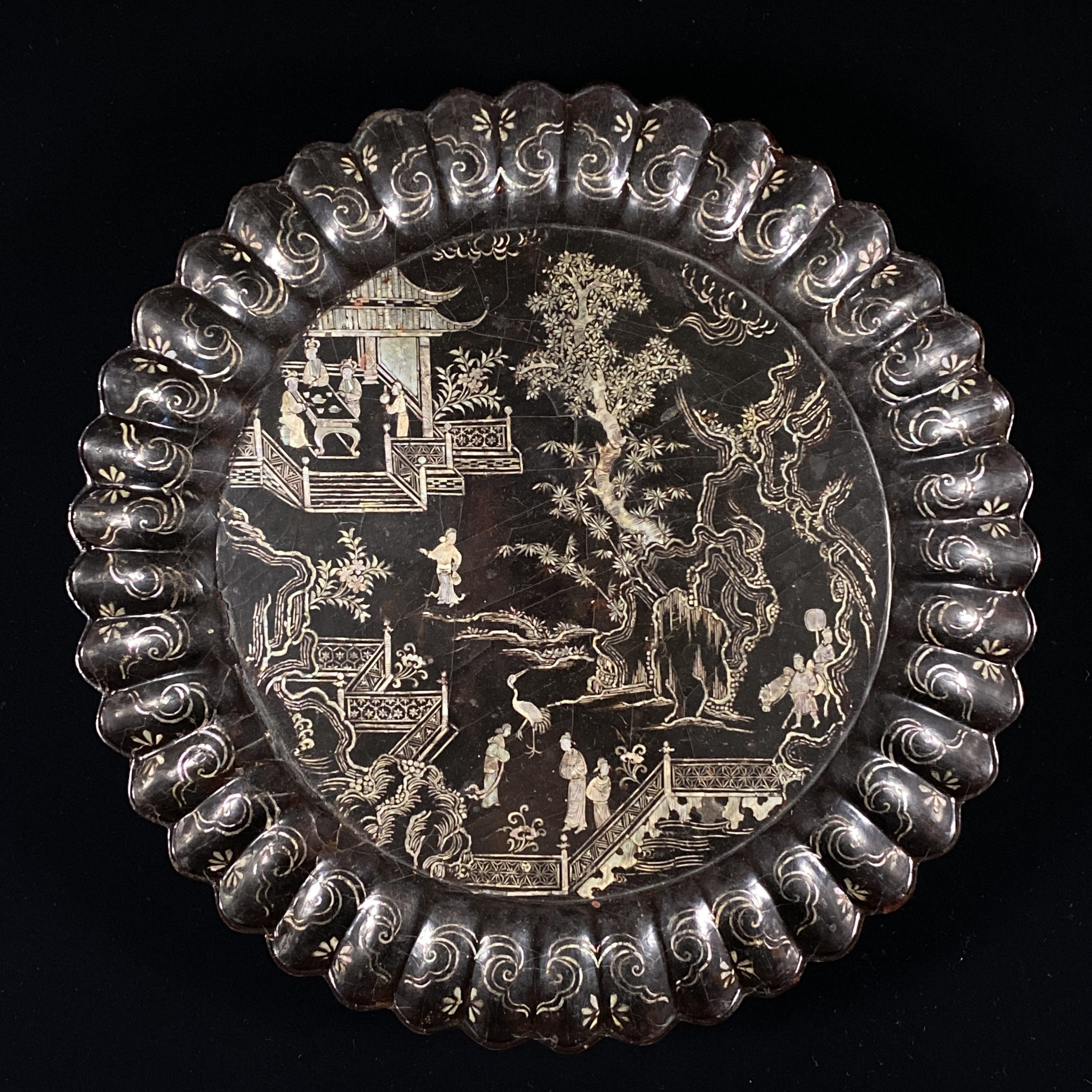 21472明 黒漆嵌螺鈿 楼閣人物紋 輪花盤