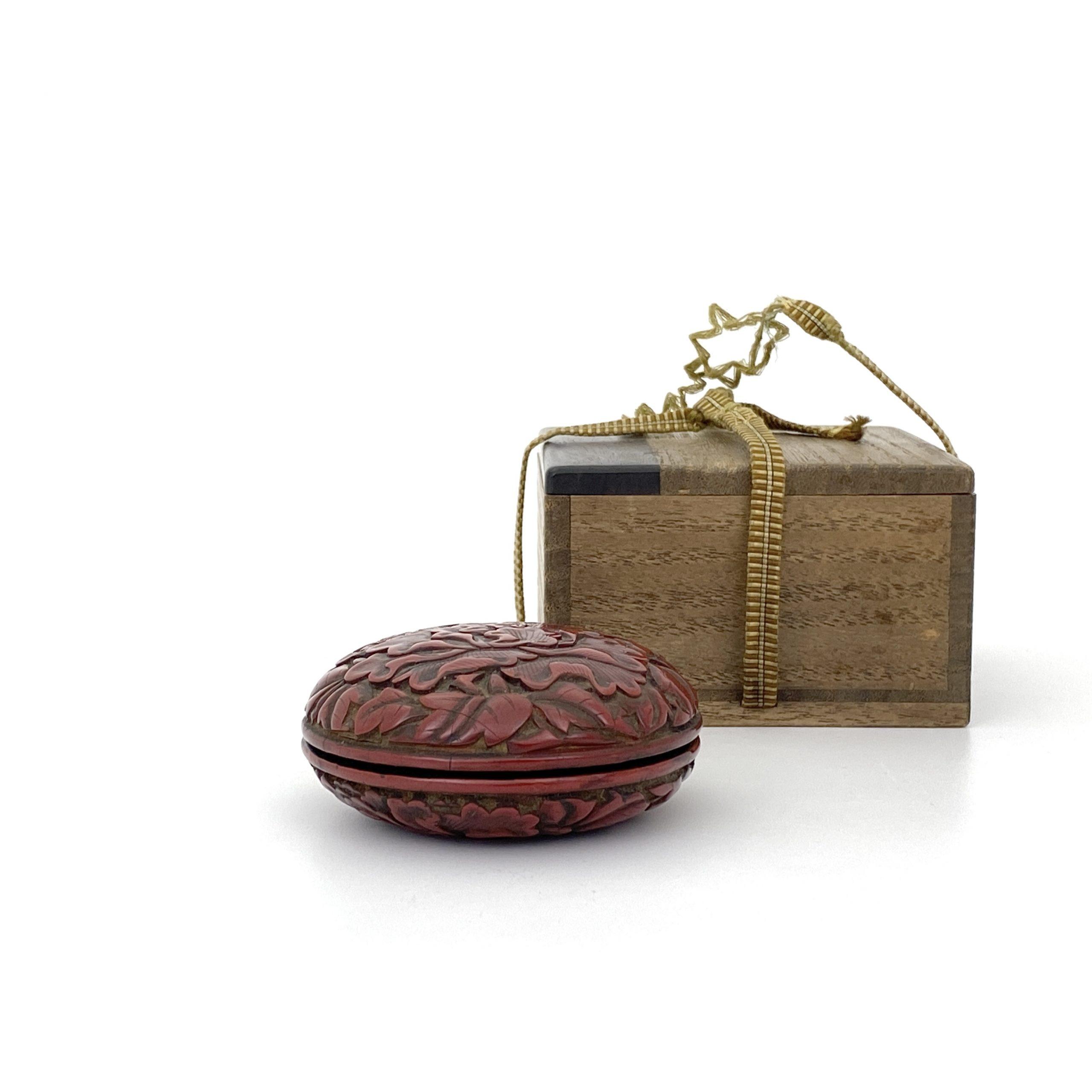 21657明 剔紅雕 花紋 圓盒