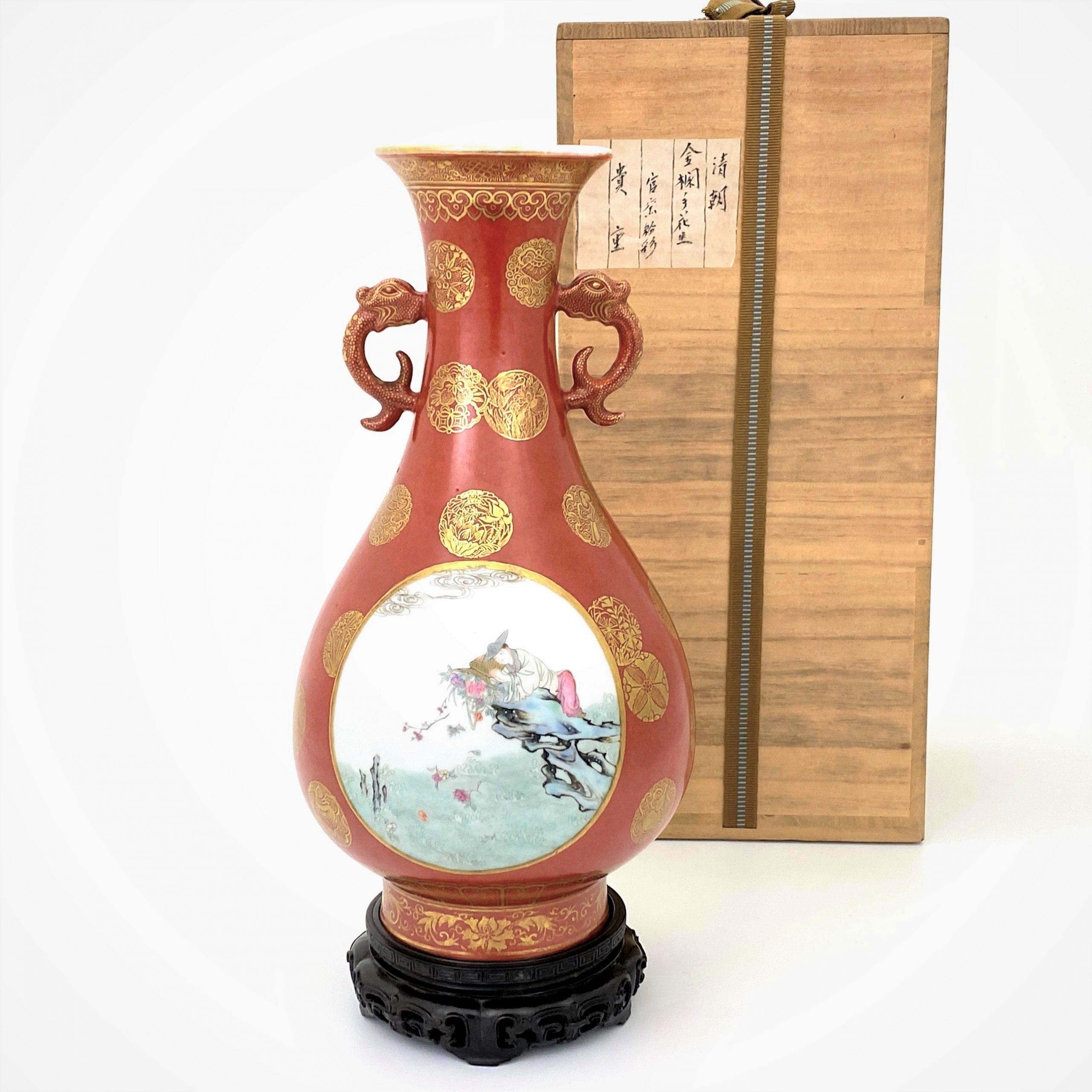 21662清「大清乾隆年製」款 珊瑚紅地金彩局部粉彩 人物紋 龍耳瓶
