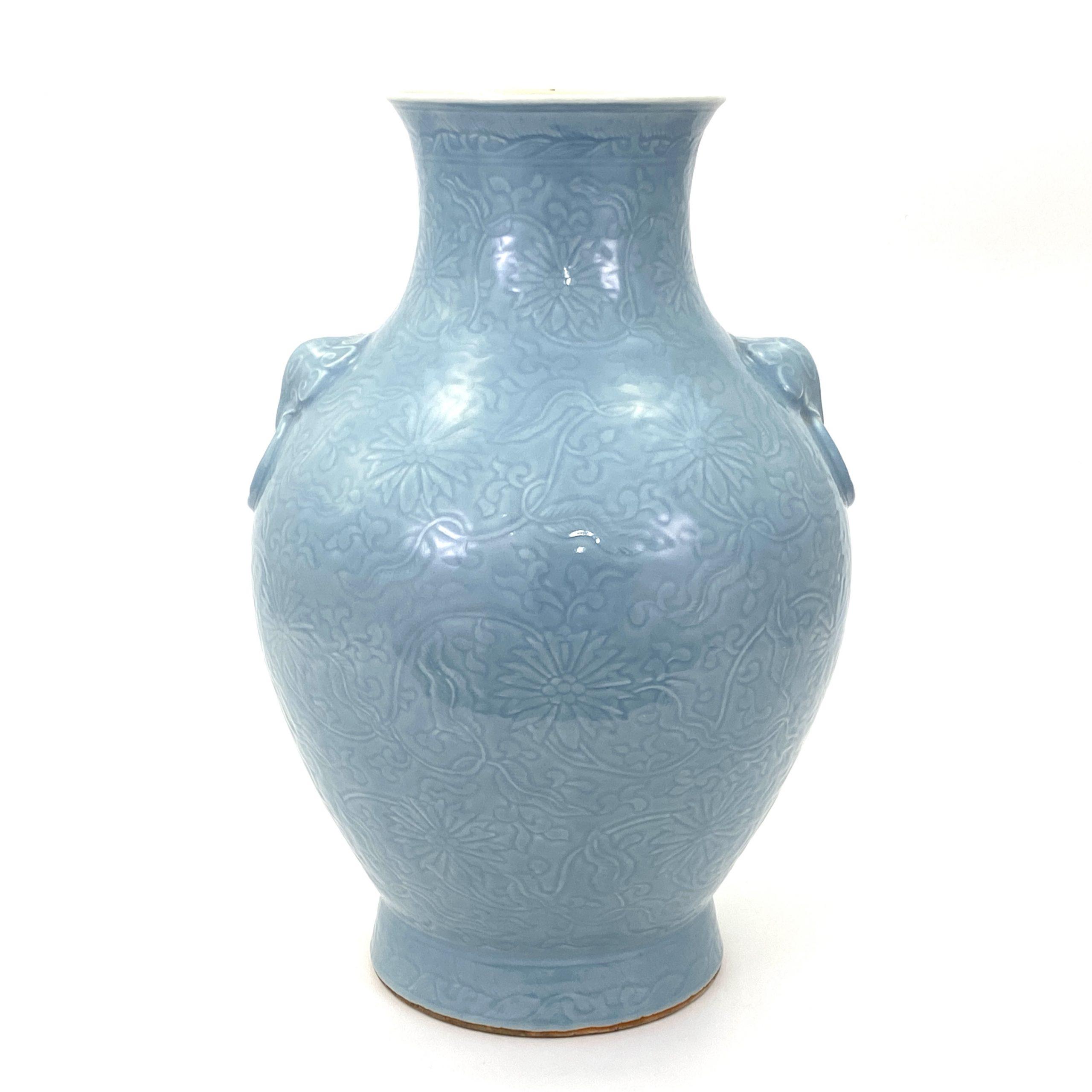 21081「大清乾隆年製」款 天青釉刻 蓮花紋 獣耳大瓶